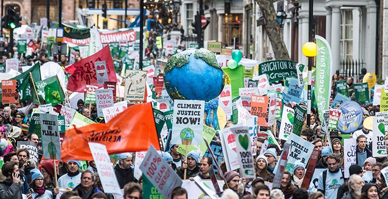 Bilde på personer som demostrerer for klima